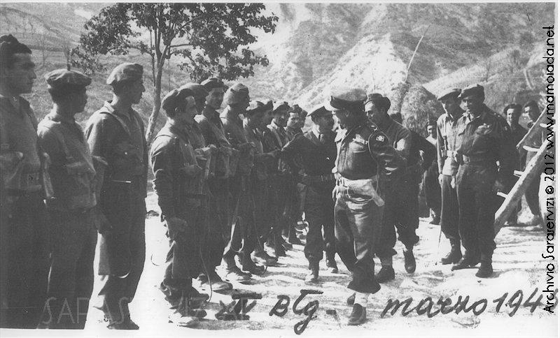 Il generale Alexander che il 29 marzo 1945 decora il plotone di cui fa parte Francesco Muggittu
