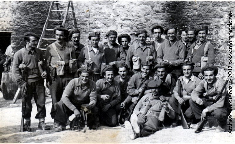 Il Plotone che venne decorato dal Gen. Alexander...Francesco Muggittu, con i baffi è circondato dai compagni.
