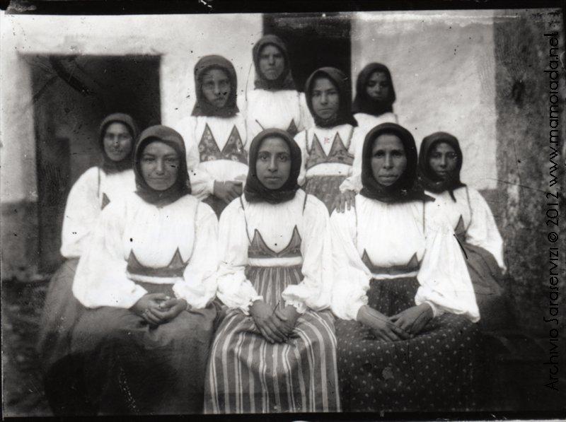 Gruppo di Donne in Costume. Non indossano su curittu ma è ben evidente il modo di portare il fazzoletto al viso.
