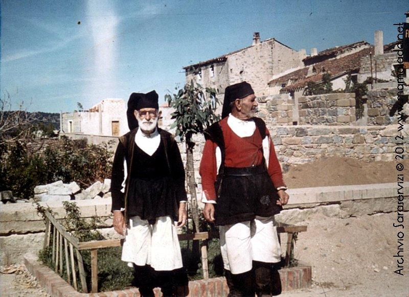 Gli ultimi anziani che hanno indossato il costume a Mamoiada.