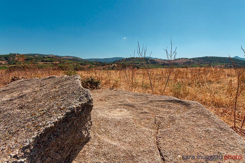 Particolare della Stele di Garaunele. A sin. si intravede il Monte Gonare, di fronte invece le campagne di Garaunele e Loret'Attesu.