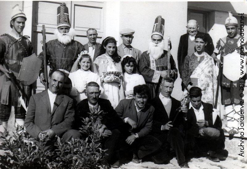 Gruppo con alcuni membri della confraternita e i protagonisti de S'Iscravamentu.