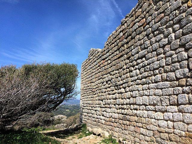 Fuori le mura. C'erano una volta in castelli e principi, giudici e giudicesse, piccoli forti che sovrastavano i colli. Il medioevo nell'isola ha lasciato solo le mura di questi antichi fasti. Castello di Balaiana - Luogosanto.