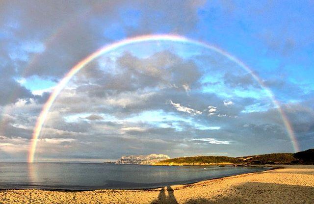 Magia di colori al tramonto. Tavolara incorniciata da uno splendido arcobaleno.