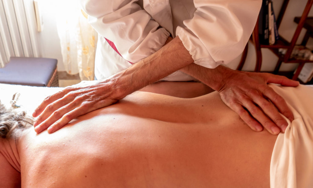Una seduta di massaggio olistico a Mamoiada