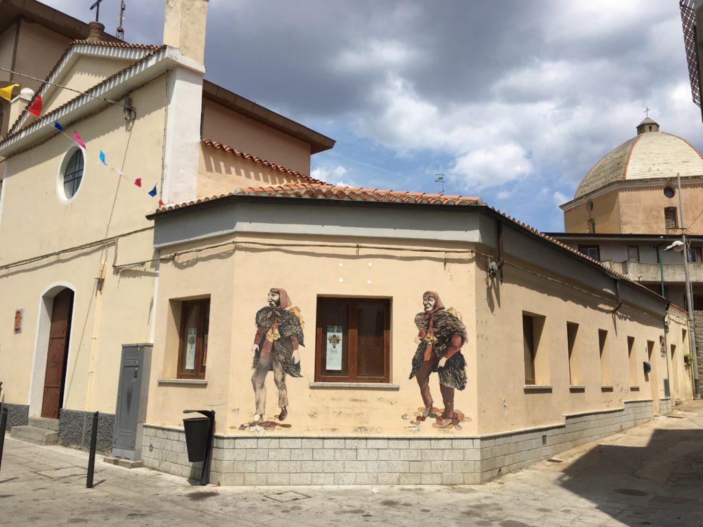 piazza santa croce scorcio murales e chiesa Loreto