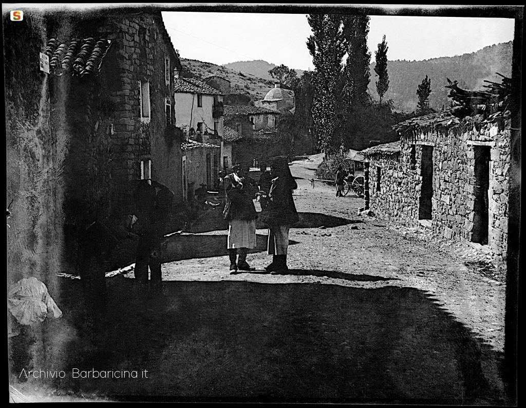 corso-Mamoiada-sullo-sfondo-la-chiesa-di-san-giuseppe-wagner-1800-circa